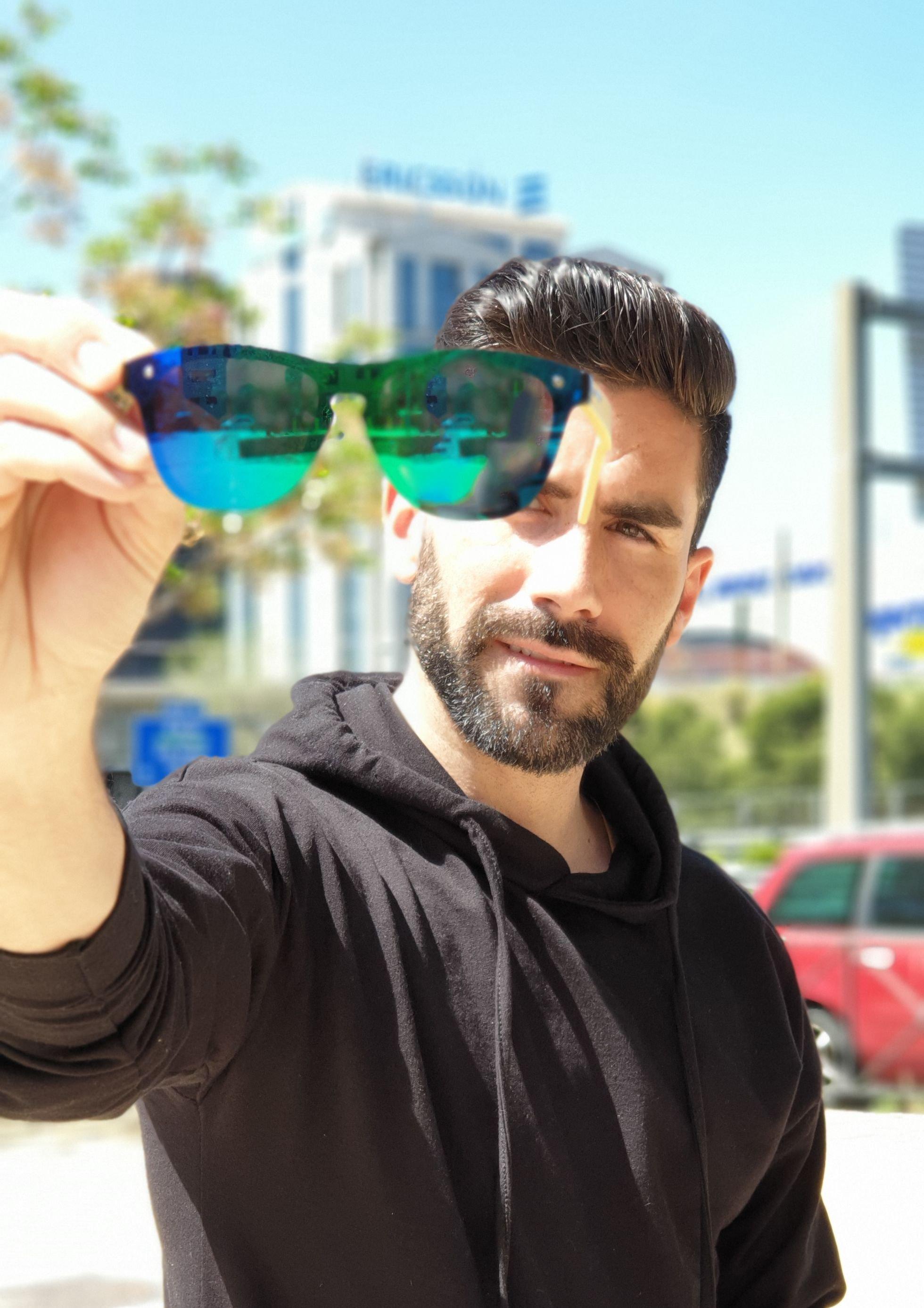"""Este verano no te quedes sin tus gafas """"Imperdibles"""". Una revolución de colores en un mismo cristal que acaparará todas las miradas."""